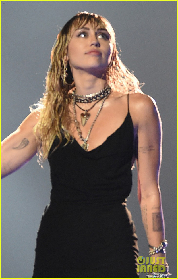 Vắng mặt tại thảm đỏ, Miley Cyrus vẫn chiếm trọn spotlight ở VMAs với body đỉnh cao và vẻ đẹp gây mê cực mạnh - Ảnh 4.