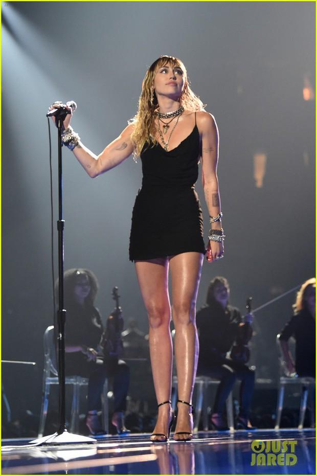 Vắng mặt tại thảm đỏ, Miley Cyrus vẫn chiếm trọn spotlight ở VMAs với body đỉnh cao và vẻ đẹp gây mê cực mạnh - Ảnh 2.