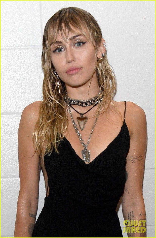 Vắng mặt tại thảm đỏ, Miley Cyrus vẫn chiếm trọn spotlight ở VMAs với body đỉnh cao và vẻ đẹp gây mê cực mạnh - Ảnh 6.