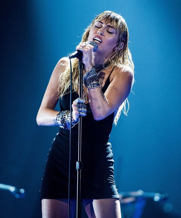 Vắng mặt tại thảm đỏ, Miley Cyrus vẫn chiếm trọn spotlight ở VMAs với body đỉnh cao và vẻ đẹp gây mê cực mạnh - Ảnh 3.