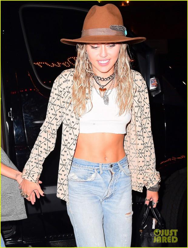 Tiệc hậu VMAs 2019: Miley Cyrus tình tứ dẫn theo bạn gái, lấn át Taylor và dàn mỹ nhân Hollywood nhờ 1 chi tiết - Ảnh 3.