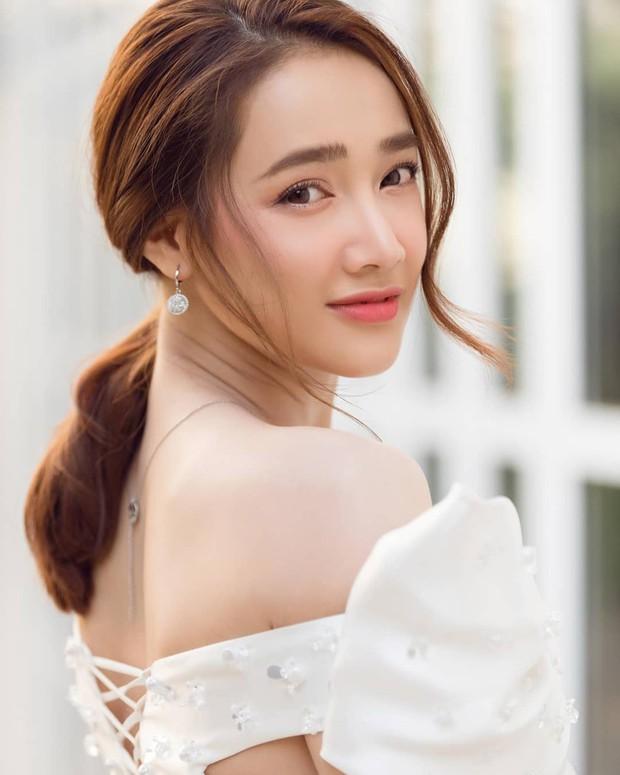 So kè style 3 nàng ngọc nữ 1990 của điện ảnh Việt: Người chăm diện đồ trễ nải, người thích diện đồ xì-tin hack tuổi - Ảnh 1.