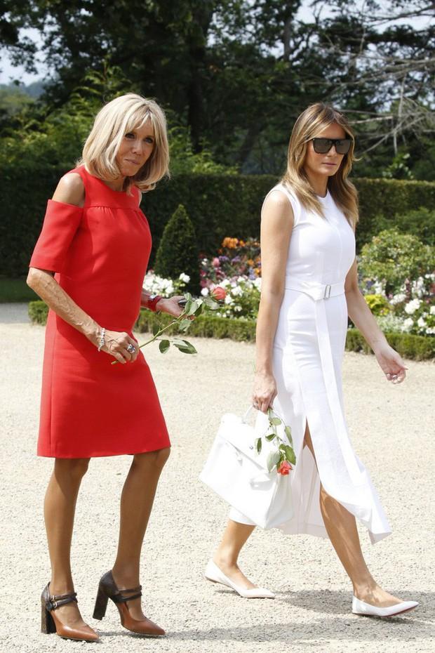 Đệ nhất phu nhân Pháp như trợ lý đi cạnh Melania Trump do sai lầm khi chọn trang phục - Ảnh 1.
