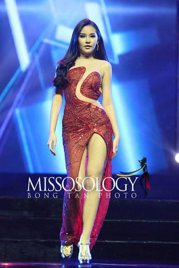 Sau Lê Âu Ngân Anh lộ nội y, lại thêm thí sinh HH Myanmar ngã dúi dụi trên sân khấu khi diện váy đạo của Catriona Gray - Ảnh 2.