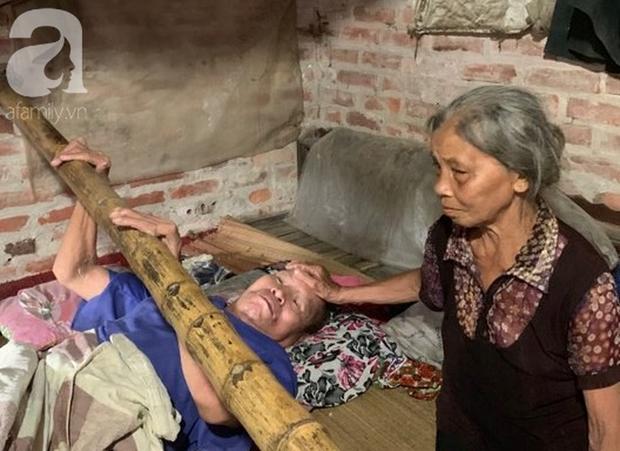 Ứa nước mắt cảnh người phụ nữ oằn mình nuôi chồng và 2 con trai tật nguyền - Ảnh 4.