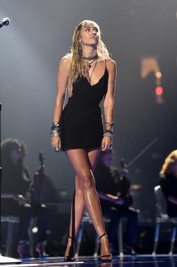 Vắng mặt tại thảm đỏ, Miley Cyrus vẫn chiếm trọn spotlight ở VMAs với body đỉnh cao và vẻ đẹp gây mê cực mạnh - Ảnh 1.