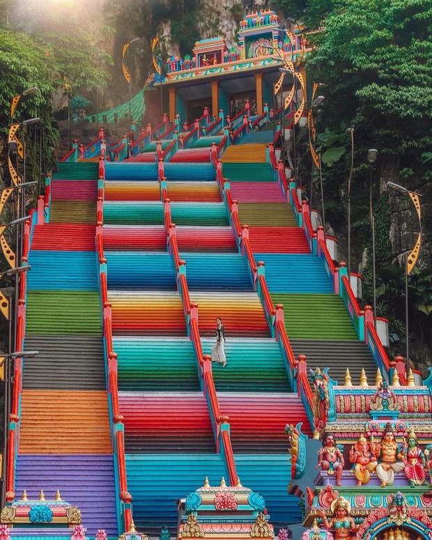 Tỉnh mộng trước nấc thang cầu vồng nổi tiếng nhất Malaysia: Nhìn hình sống ảo thì phát ham, nhưng thực tế lại phũ phàng hơn! - Ảnh 3.