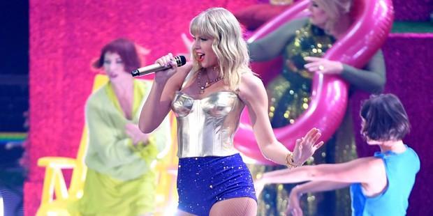 Kết quả MTV VMAs 2019: Ariana Grande ở nhà chơi với cún vẫn thắng 3 giải, Taylor Swift lập nên kỳ tích thập kỷ - Ảnh 2.
