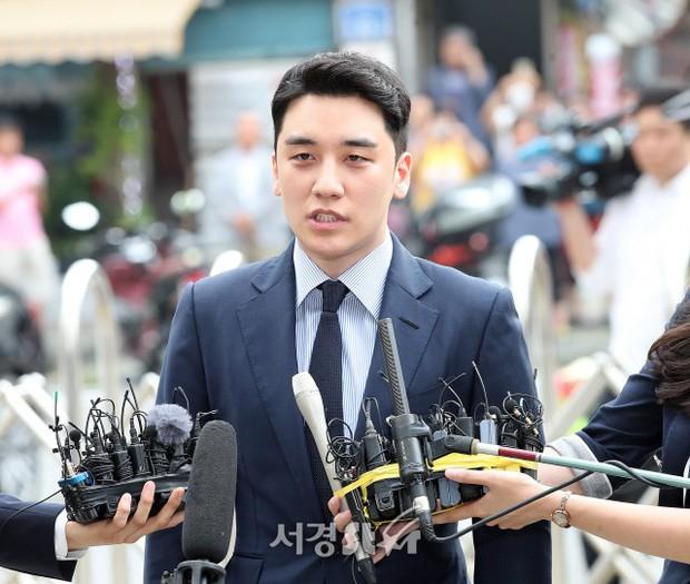 Sau 2 tháng, Seungri chính thức trình diện cảnh sát vì cáo buộc thứ 8: Cúi đầu xin lỗi, biểu cảm và sắc mặt gây chú ý - Ảnh 7.