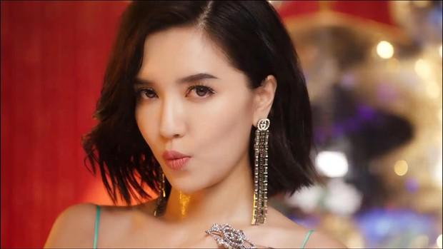 Tưởng Bích Phương Đi đu đưa đi 18+ thế nào trong MV mới, ai ngờ chỉ dám ăn mặc sexy chơi tù xì cởi áo với trai đẹp 6 múi - Ảnh 5.