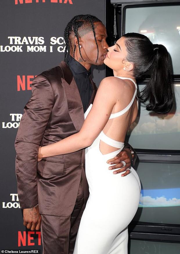 Kylie Jenner lần đầu tiên đưa con gái đi dự thảm đỏ, biểu cảm của bé Stormie đặc biệt gây chú ý - Ảnh 5.