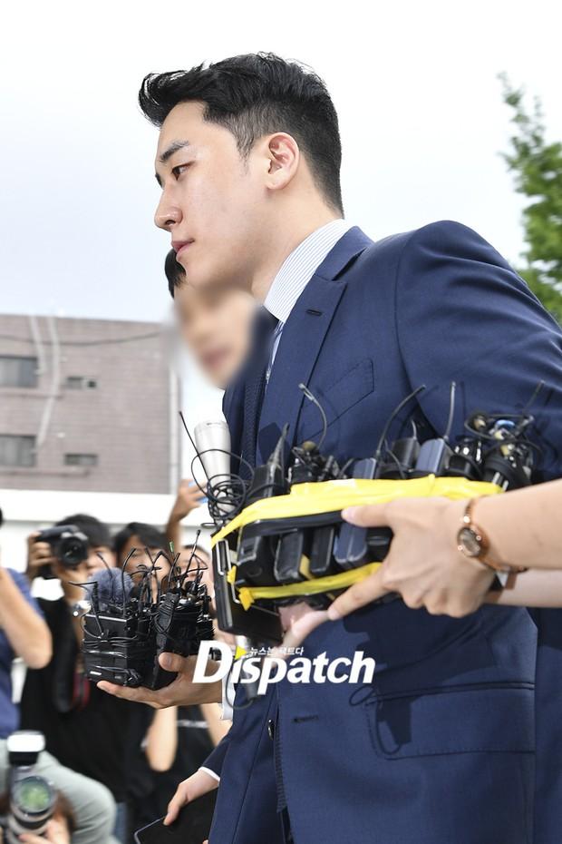 Sau 2 tháng, Seungri chính thức trình diện cảnh sát vì cáo buộc thứ 8: Cúi đầu xin lỗi, biểu cảm và sắc mặt gây chú ý - Ảnh 9.