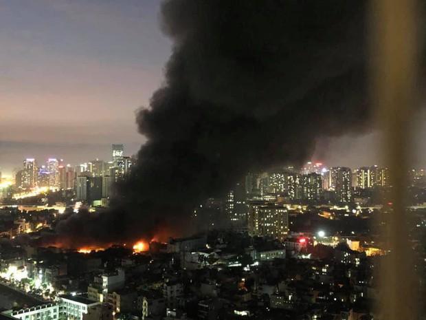 Nhà máy phích nước Rạng Đông chìm trong biển lửa suốt 5 tiếng: Lính cứu hỏa kiệt sức, khói đen bốc cao hàng trăm mét - Ảnh 2.