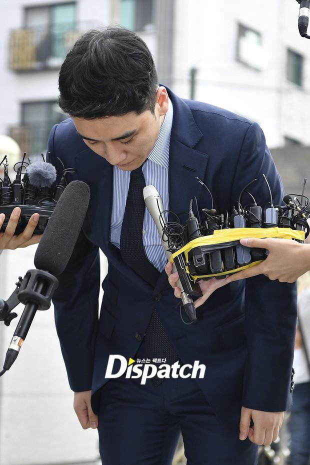 Sau 2 tháng, Seungri chính thức trình diện cảnh sát vì cáo buộc thứ 8: Cúi đầu xin lỗi, biểu cảm và sắc mặt gây chú ý - Ảnh 8.