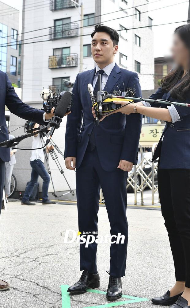 Sau 2 tháng, Seungri chính thức trình diện cảnh sát vì cáo buộc thứ 8: Cúi đầu xin lỗi, biểu cảm và sắc mặt gây chú ý - Ảnh 2.