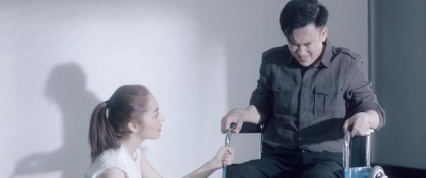 Thêm một MV của Vpop kịch bản tình yêu không có lỗi, lỗi ở bạn thân: Dương Triệu Vũ ngồi xe lăn chua xót cùng Bảo Anh nhìn bạn thân cướp vợ - Ảnh 4.