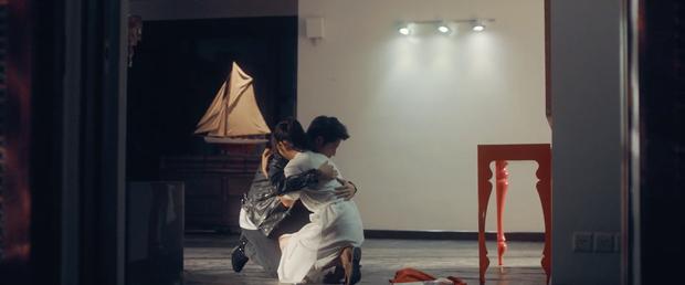 Thêm một MV của Vpop kịch bản tình yêu không có lỗi, lỗi ở bạn thân: Dương Triệu Vũ ngồi xe lăn chua xót cùng Bảo Anh nhìn bạn thân cướp vợ - Ảnh 6.