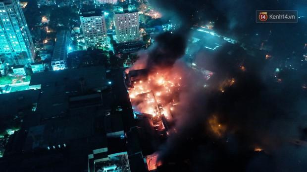 Flycam: Nhìn từ trên cao toàn cảnh vụ cháy kinh hoàng 5 tiếng đồng hồ ở công ty phích nước Rạng Đông - Ảnh 2.