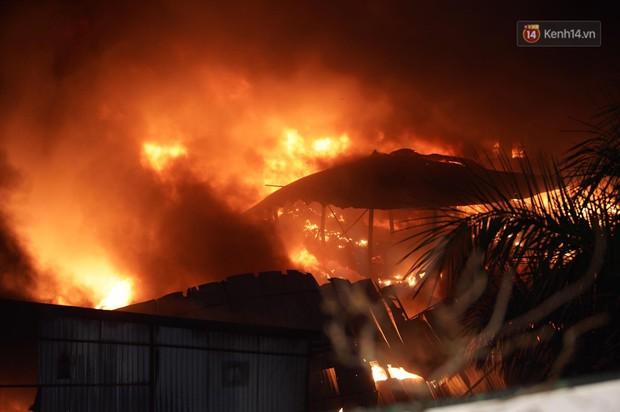 Nhà máy phích nước Rạng Đông chìm trong biển lửa suốt 5 tiếng: Lính cứu hỏa kiệt sức, khói đen bốc cao hàng trăm mét - Ảnh 21.