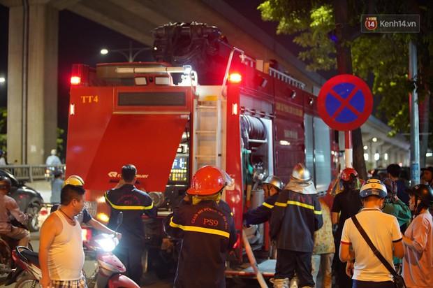 Nhà máy phích nước Rạng Đông chìm trong biển lửa suốt 5 tiếng: Lính cứu hỏa kiệt sức, khói đen bốc cao hàng trăm mét - Ảnh 18.