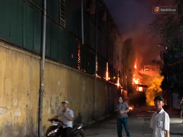 Khoảnh khắc xúc động: Hàng chục người qua đường chung tay giúp đỡ cư dân bị ảnh hưởng bởi đám cháy ở nhà máy phích Rạng Đông - Ảnh 1.
