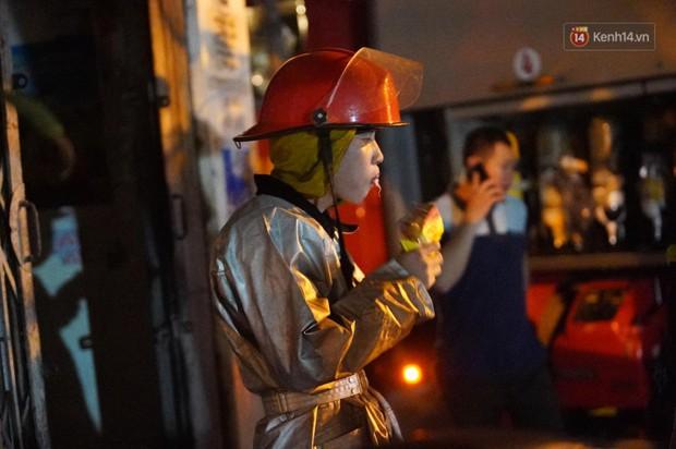 Nhà máy phích nước Rạng Đông chìm trong biển lửa suốt 5 tiếng: Lính cứu hỏa kiệt sức, khói đen bốc cao hàng trăm mét - Ảnh 36.