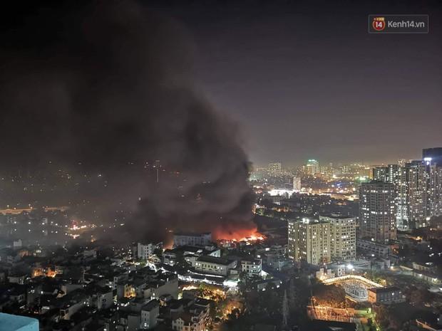 Nhà máy phích nước Rạng Đông chìm trong biển lửa suốt 5 tiếng: Lính cứu hỏa kiệt sức, khói đen bốc cao hàng trăm mét - Ảnh 38.