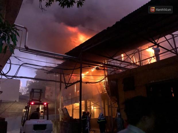 Nhà máy phích nước Rạng Đông chìm trong biển lửa suốt 5 tiếng: Lính cứu hỏa kiệt sức, khói đen bốc cao hàng trăm mét - Ảnh 4.