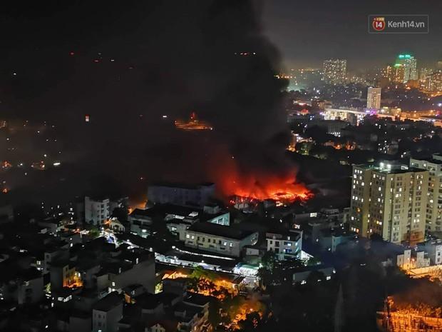 Nhà máy phích nước Rạng Đông chìm trong biển lửa suốt 5 tiếng: Lính cứu hỏa kiệt sức, khói đen bốc cao hàng trăm mét - Ảnh 39.