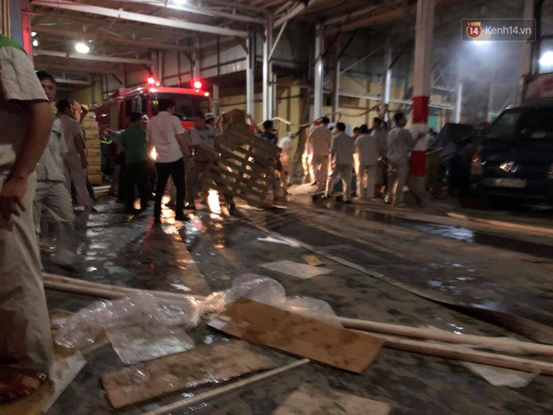 Nhà máy phích nước Rạng Đông chìm trong biển lửa suốt 5 tiếng: Lính cứu hỏa kiệt sức, khói đen bốc cao hàng trăm mét - Ảnh 7.