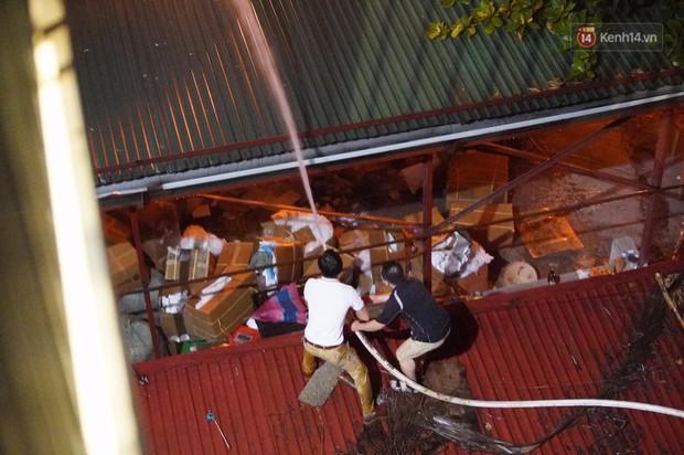 Nhà máy phích nước Rạng Đông chìm trong biển lửa suốt 5 tiếng: Lính cứu hỏa kiệt sức, khói đen bốc cao hàng trăm mét - Ảnh 27.