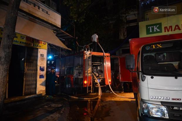 Nhà máy phích nước Rạng Đông chìm trong biển lửa suốt 5 tiếng: Lính cứu hỏa kiệt sức, khói đen bốc cao hàng trăm mét - Ảnh 17.