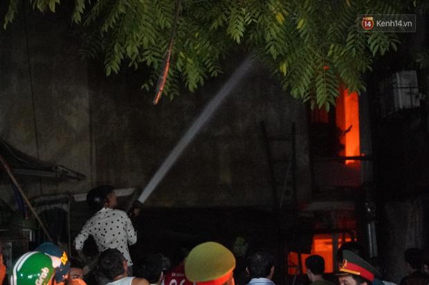 Nhà máy phích nước Rạng Đông chìm trong biển lửa suốt 5 tiếng: Lính cứu hỏa kiệt sức, khói đen bốc cao hàng trăm mét - Ảnh 31.