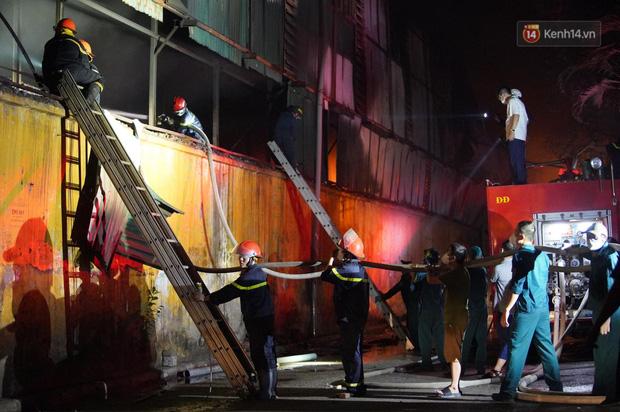 Nhà máy phích nước Rạng Đông chìm trong biển lửa suốt 5 tiếng: Lính cứu hỏa kiệt sức, khói đen bốc cao hàng trăm mét - Ảnh 41.