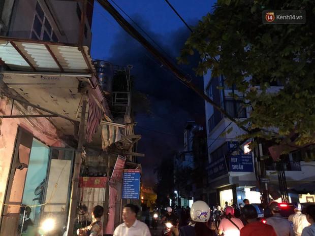 Nhà máy phích nước Rạng Đông chìm trong biển lửa suốt 5 tiếng: Lính cứu hỏa kiệt sức, khói đen bốc cao hàng trăm mét - Ảnh 6.