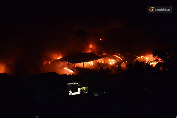 Nhà máy phích nước Rạng Đông chìm trong biển lửa suốt 5 tiếng: Lính cứu hỏa kiệt sức, khói đen bốc cao hàng trăm mét - Ảnh 40.