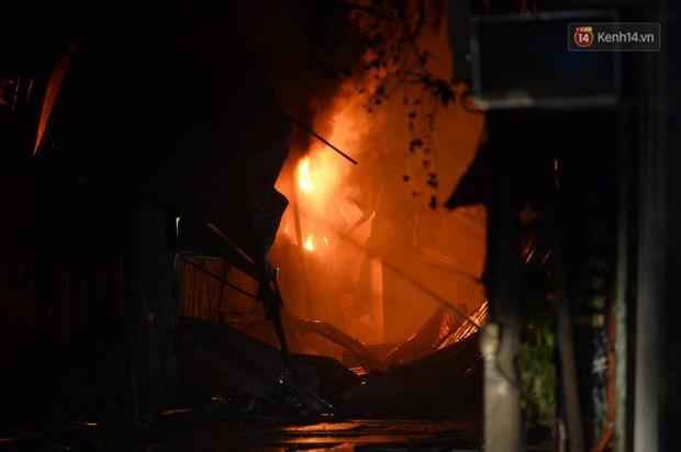 Nhà máy phích nước Rạng Đông chìm trong biển lửa suốt 5 tiếng: Lính cứu hỏa kiệt sức, khói đen bốc cao hàng trăm mét - Ảnh 22.