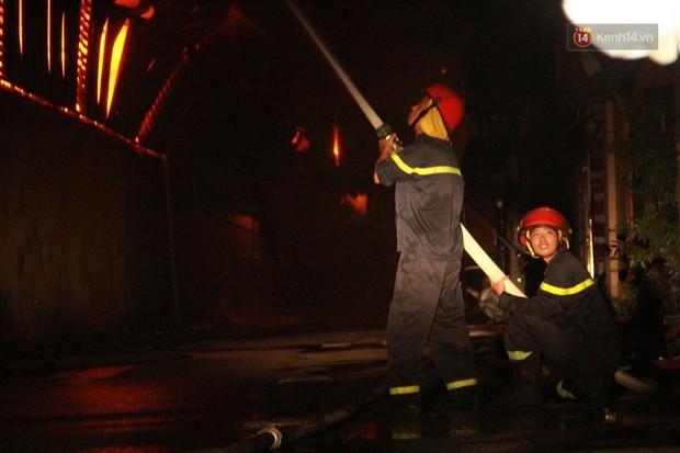 Nhà máy phích nước Rạng Đông chìm trong biển lửa suốt 5 tiếng: Lính cứu hỏa kiệt sức, khói đen bốc cao hàng trăm mét - Ảnh 12.