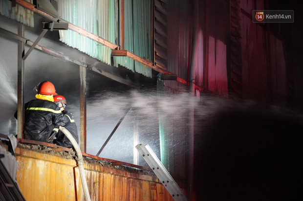Nhà máy phích nước Rạng Đông chìm trong biển lửa suốt 5 tiếng: Lính cứu hỏa kiệt sức, khói đen bốc cao hàng trăm mét - Ảnh 42.