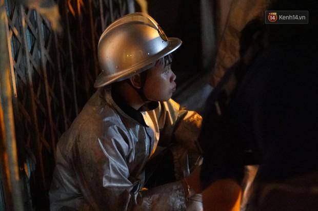 Một chiến sĩ PCCC Hà Nội phải sơ cứu vì kiệt sức sau khi tham gia dập lửa tại 2 vụ cháy liên tiếp - Ảnh 9.
