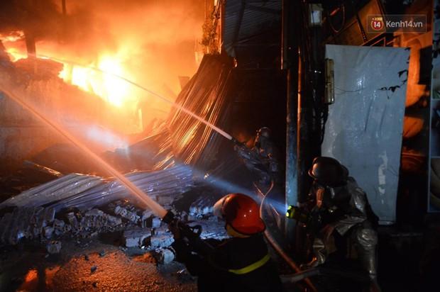 Nhà máy phích nước Rạng Đông chìm trong biển lửa suốt 5 tiếng: Lính cứu hỏa kiệt sức, khói đen bốc cao hàng trăm mét - Ảnh 23.