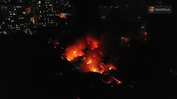 Flycam: Nhìn từ trên cao toàn cảnh vụ cháy kinh hoàng 5 tiếng đồng hồ ở công ty phích nước Rạng Đông - Ảnh 4.