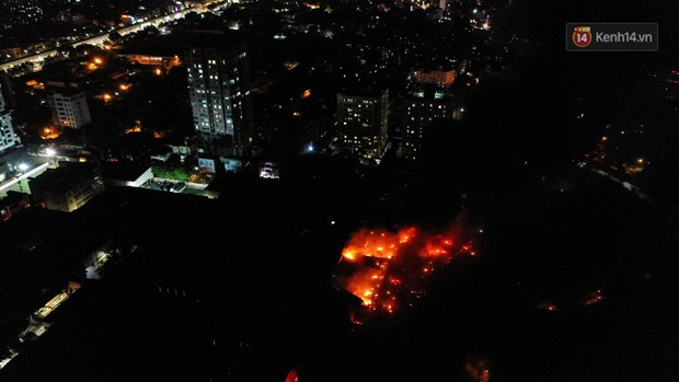 Flycam: Nhìn từ trên cao toàn cảnh vụ cháy kinh hoàng 5 tiếng đồng hồ ở công ty phích nước Rạng Đông - Ảnh 6.