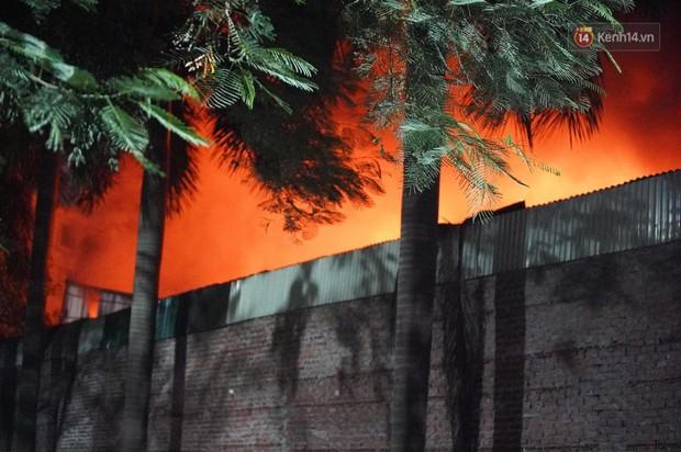 Nhà máy phích nước Rạng Đông chìm trong biển lửa suốt 5 tiếng: Lính cứu hỏa kiệt sức, khói đen bốc cao hàng trăm mét - Ảnh 20.