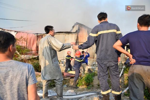 Một chiến sĩ PCCC Hà Nội phải sơ cứu vì kiệt sức sau khi tham gia dập lửa tại 2 vụ cháy liên tiếp - Ảnh 4.