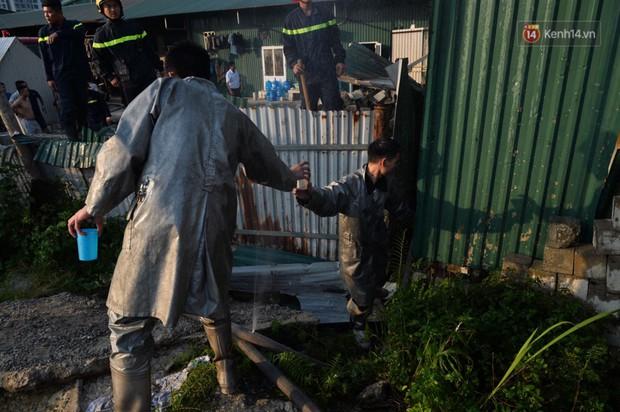Một chiến sĩ PCCC Hà Nội phải sơ cứu vì kiệt sức sau khi tham gia dập lửa tại 2 vụ cháy liên tiếp - Ảnh 5.