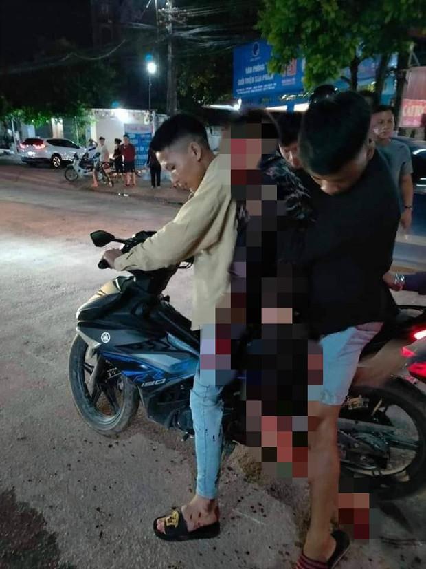 Đang điều khiển xe máy, nam thanh niên bị người cùng làng cầm dao truy đuổi chém gục - Ảnh 1.