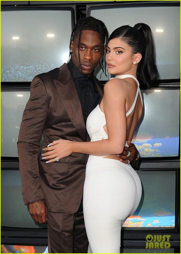 Kylie Jenner lần đầu tiên đưa con gái đi dự thảm đỏ, biểu cảm của bé Stormie đặc biệt gây chú ý - Ảnh 7.