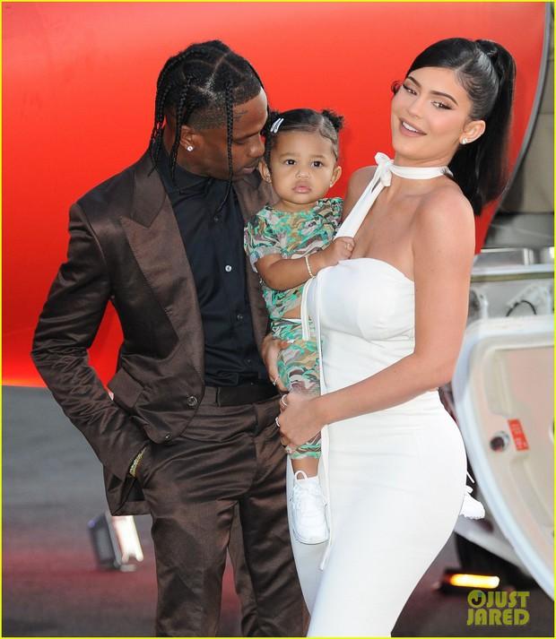 Kylie Jenner lần đầu tiên đưa con gái đi dự thảm đỏ, biểu cảm của bé Stormie đặc biệt gây chú ý - Ảnh 1.