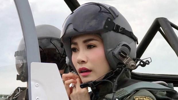 Hoàng hậu Thái Lan cực chất trong loạt khoảnh khắc đời thường, tình cảm mặn nồng với chồng không hề kém cạnh Thứ phi - Ảnh 1.